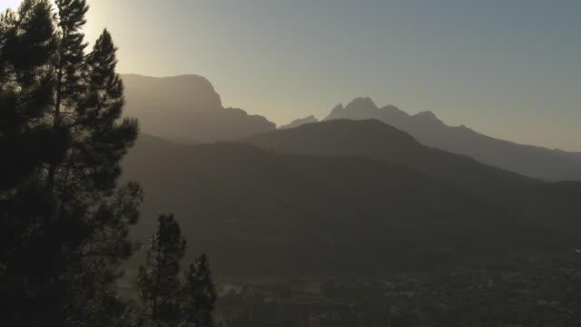 vídeos y material grabado en eventos de stock de ws franschhoek mountains silhouetted at sunset, franschhoek, western cape, south africa - cabo winelands