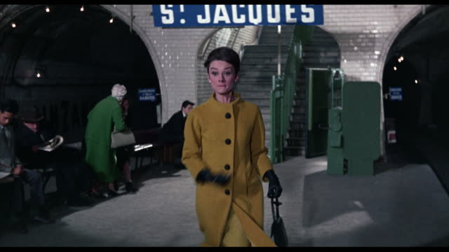 vidéos et rushes de 1963 frantic man (cary grant) pursues a frightened woman (audrey hepburn) through the paris metro - évasion
