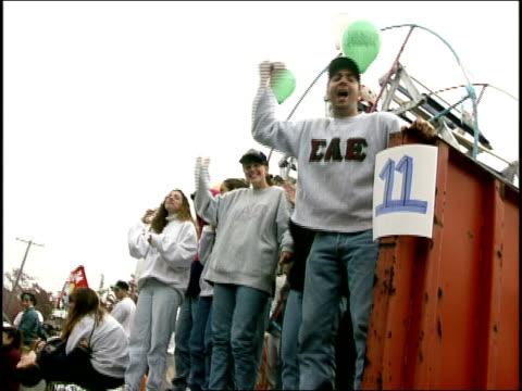 vidéos et rushes de fraternities float in parade for uconn - char de défilé