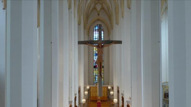 vídeos de stock e filmes b-roll de frauenkirche münchen (dom zu unserer lieben frau) drohnenaufnahmen, innen - frau
