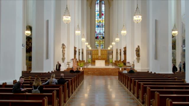 frauenkirche münchen (dom zu unserer lieben frau) drohnenaufnahmen, innen - frau stock videos & royalty-free footage