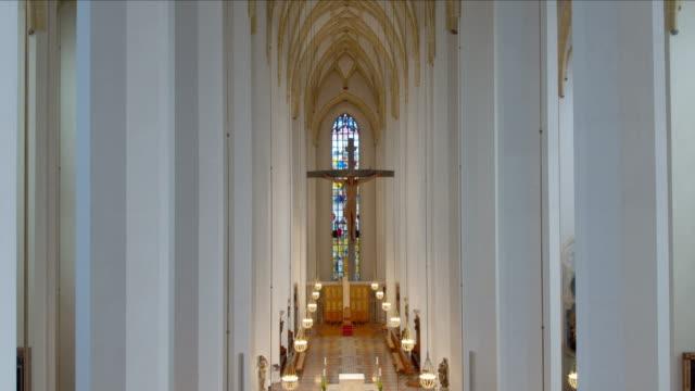 vídeos y material grabado en eventos de stock de frauenkirche münchen (dom zu unserer lieben frau) drohnenaufnahmen, innen - frau