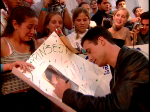 freddie prinze jr signing autographs on the 2000 mtv video music awards red carpet - mtv video music awards stock videos and b-roll footage