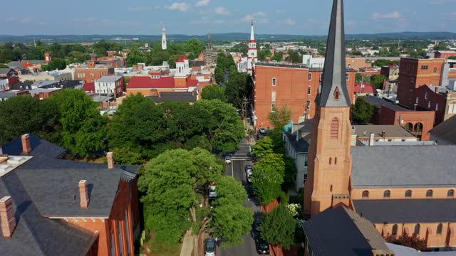 stockvideo's en b-roll-footage met frederick, maryland - church street aerial view - straatnaambord