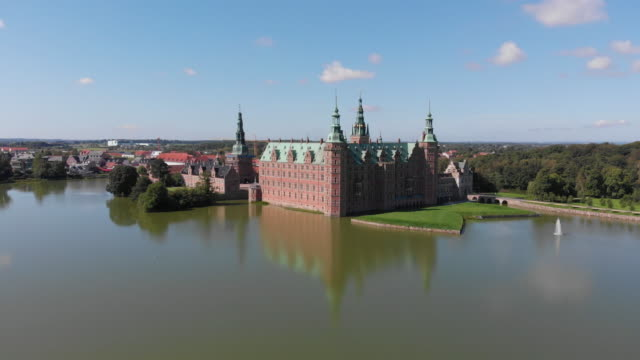 vídeos de stock e filmes b-roll de frederiksborg castle, hillerød, denmark - vala