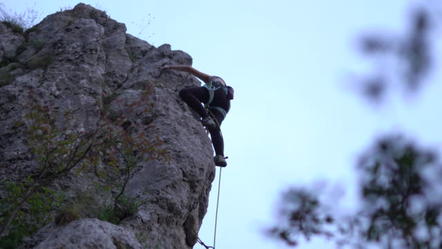 free climber climbing rock during dawn - free climbing stock videos & royalty-free footage