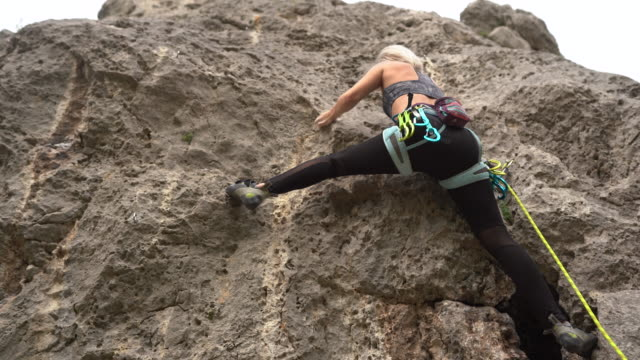 free climber climbing rock during day - free climbing stock videos & royalty-free footage