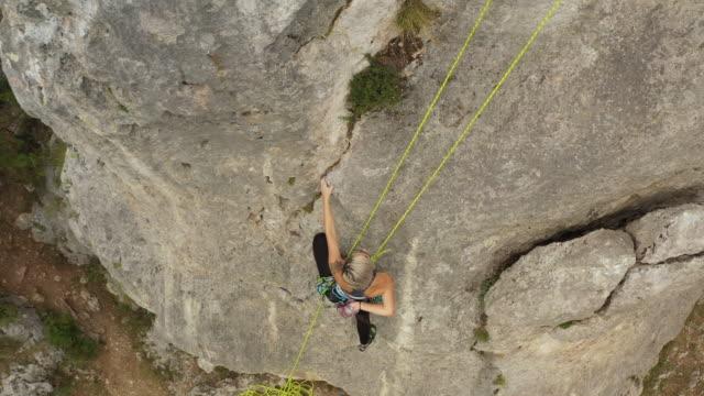 vídeos y material grabado en eventos de stock de escalador libre decidido a llegar a la cima de la roca - escalada libre