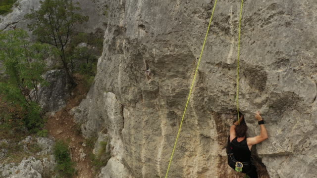 vídeos y material grabado en eventos de stock de escalador libre que no puede escalar una roca - escalada libre