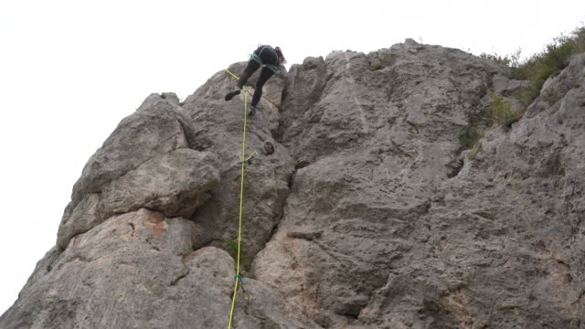 free climber moving down rock formation - free climbing stock videos & royalty-free footage