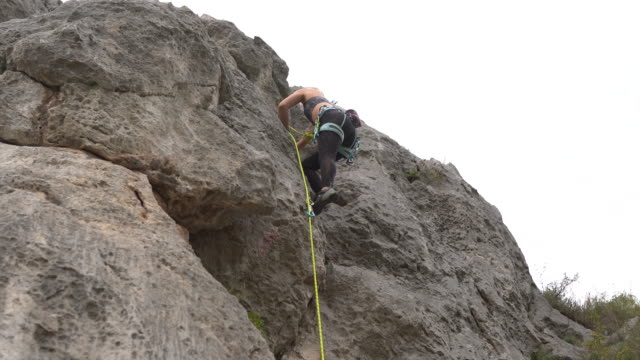 free climber moving down the rock using climbing ropes - free climbing stock videos & royalty-free footage