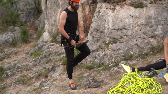 free climber preparing for climbing rock at nature - free climbing stock videos & royalty-free footage