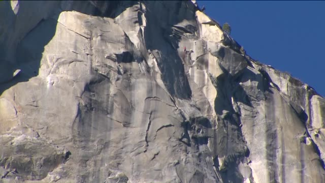 free climbers tommy caldwell and kevin jorgeson conquered the dawn wall using just their hands and feet at the el capitan in yosemite national park... - free climbing stock-videos und b-roll-filmmaterial