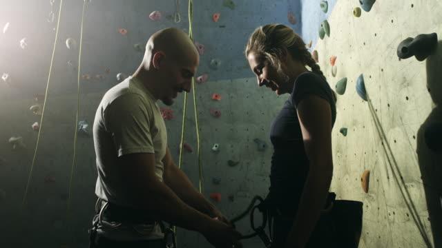 stockvideo's en b-roll-footage met gratis klimmen instructeur met jonge vrouw - free climbing