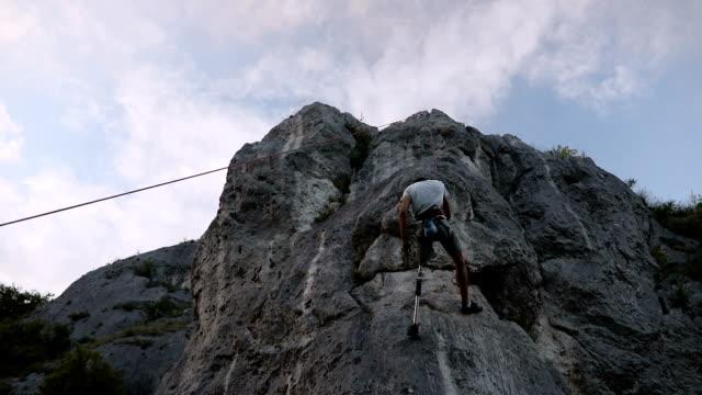 stockvideo's en b-roll-footage met gratis klimmen op de rotsen - prothesen