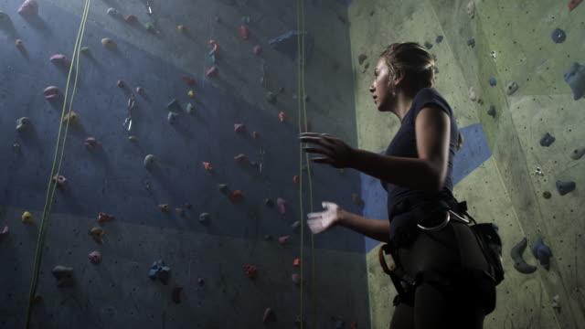 freiklettern - kletterwand kletterausrüstung stock-videos und b-roll-filmmaterial