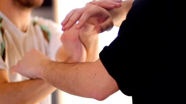 vídeos de stock, filmes e b-roll de livre circulação de um treino de kung fu - posição de combate