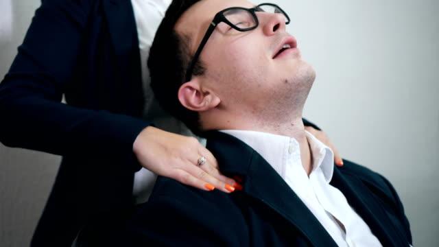 kostenlose massage für gestresste direktor - schulter stock-videos und b-roll-filmmaterial