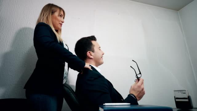 vídeos y material grabado en eventos de stock de masaje gratuito para estresado director - secretaria