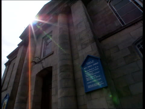 vidéos et rushes de free presbyterian church in scotland entrance to church of scotland west parish church / signpost for the scottish episcopal church / zoom wide to... - indication de direction