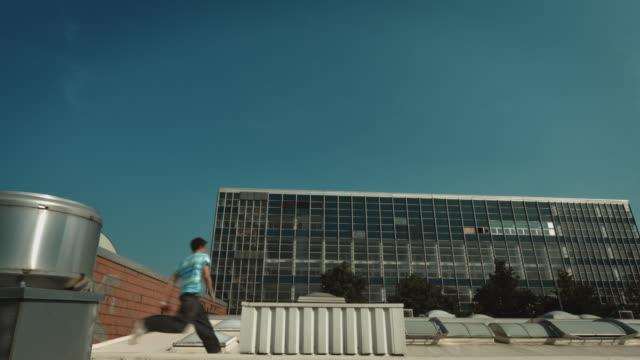 free runner auf dem dach - menschliche siedlung stock-videos und b-roll-filmmaterial