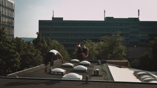 vidéos et rushes de coureur libre sur le toit - toiture