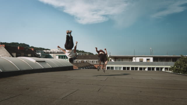 free runner on rooftop - equilibrio video stock e b–roll