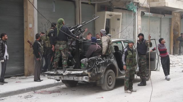 free syrian army fighters arrive at the front line in aleppo, syria. - イスラエルパレスチナ問題点の映像素材/bロール