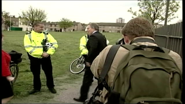 clarke under renewed pressure tx east london tony blair mp along with home office minister hazel blears mp to police officers with mountain bikes and... - キャシー・ニューマン点の映像素材/bロール