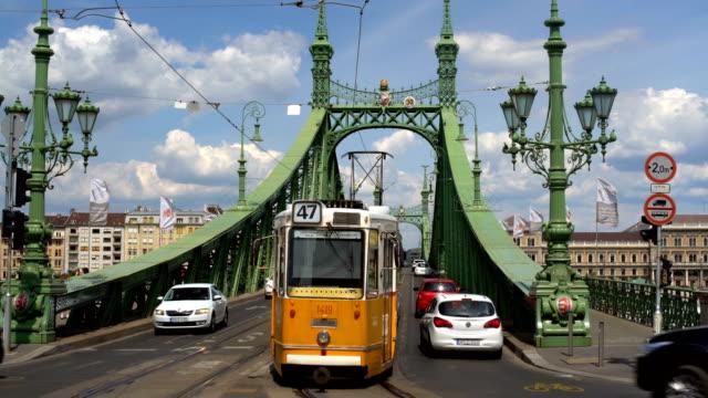 stockvideo's en b-roll-footage met vrijheidsbrug in boedapest, timelapse - chain bridge suspension bridge