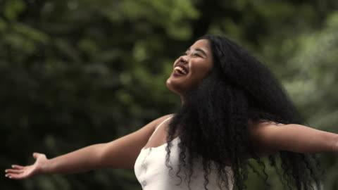 vídeos y material grabado en eventos de stock de libertad en la naturaleza - cabello negro