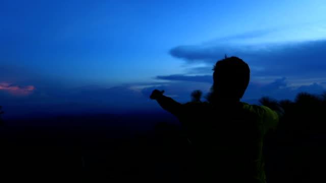 Freiheit-Mann am Gipfel des Berges, Slow-motion