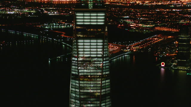 vídeos de stock, filmes e b-roll de freedom tower aerial night facing west - torre da liberdade nova iorque