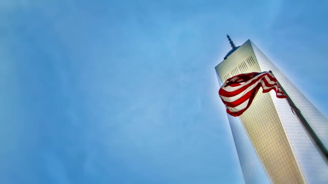 freedom tower und amerikanischer flagge. - one world trade center stock-videos und b-roll-filmmaterial