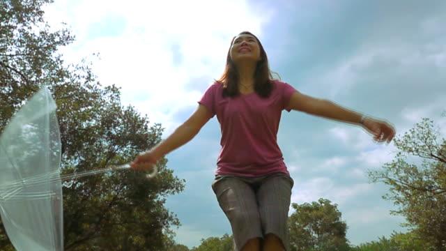 SLO-MO Freiheit Frau im Park.