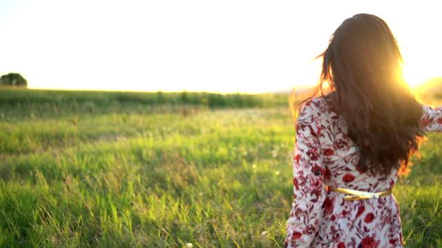 stockvideo's en b-roll-footage met vrijheid - de jonge vrouw voelt vrij het lopen op de weide in de zonsondergang - menselijke arm