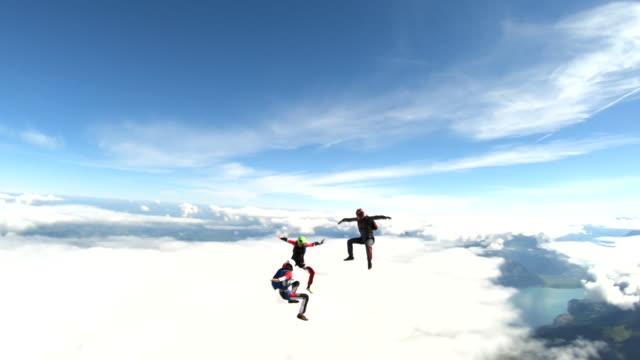 vidéos et rushes de les freefly jumpers s'envolent au-dessus des alpes suisses - parapente