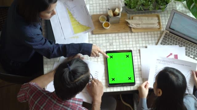 vídeos de stock, filmes e b-roll de freelance pessoas que trabalham com vista superior do tablet tela verde - trabalho de freelancer