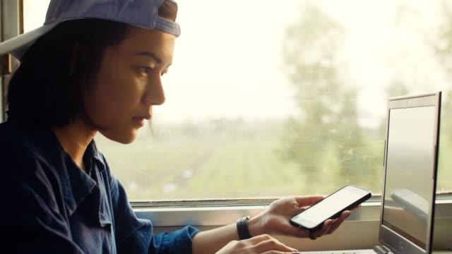 vídeos de stock, filmes e b-roll de fotógrafo freelancer usando o laptop enquanto viaja de trem - trabalho de freelancer