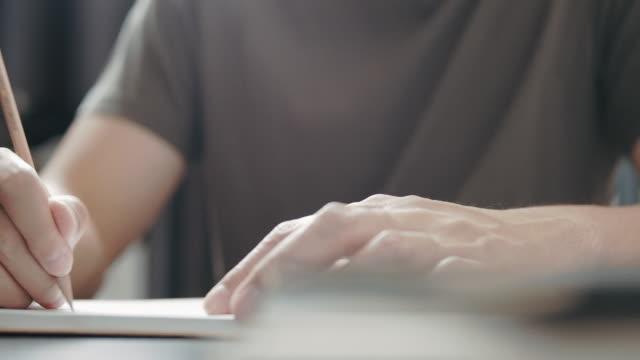 vidéos et rushes de l'auteur-compositeur indépendant écrit des paroles de chansons. concept d'inspiration musicale - stylo