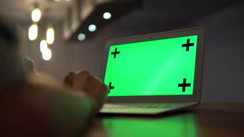 frilans arbetar med laptop med grön skärm - skrivbord bildbanksvideor och videomaterial från bakom kulisserna