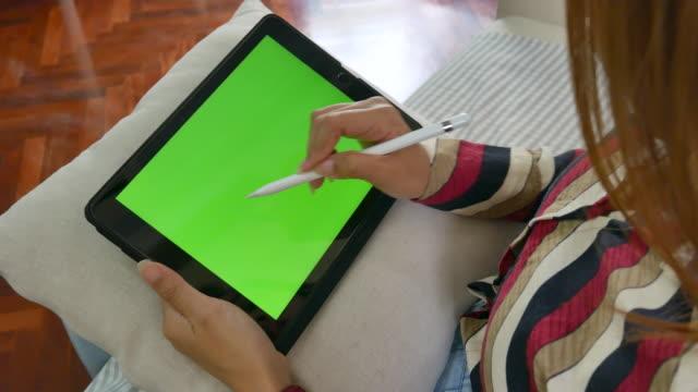 freiberufliche wright nach unten digitale tablet, chroma-taste - halten stock-videos und b-roll-filmmaterial