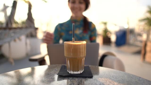 stockvideo's en b-roll-footage met freelancer die aan de zomervakantie werkt - koffie drank