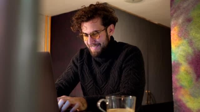 freier mitarbeiter schriftlich vorschläge für seine arbeit - e mail stock-videos und b-roll-filmmaterial