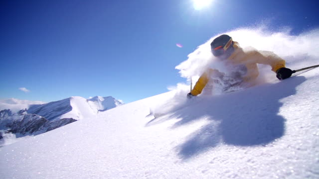 stockvideo's en b-roll-footage met freeride powder skiing - skiën