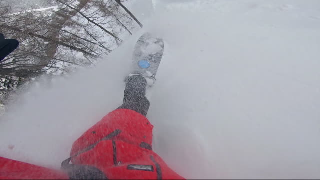 freeride snowboarder spaß auf frisch gefallenem schnee - freistil skifahren stock-videos und b-roll-filmmaterial