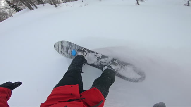 freeride snowboarder point of view, riding powder snow downhill, spraying snow into camera - exhilaration stock videos and b-roll footage
