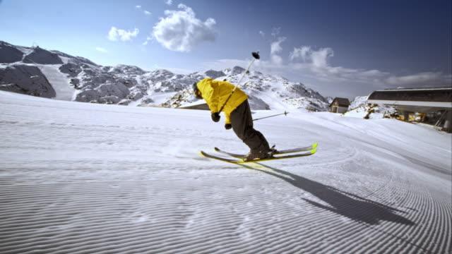 vídeos de stock, filmes e b-roll de ts freestyle skier doing a trick on the slope - inclinação