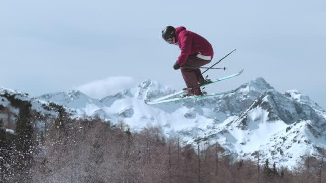 slo mo ts freestyle skifahrer, der in der luft eine wendung macht - freistil skifahren stock-videos und b-roll-filmmaterial