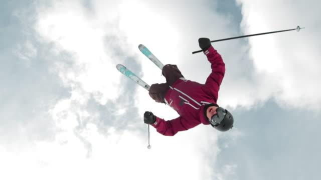slo mo ts freestyle skifahrer beim backflip - freistil skifahren stock-videos und b-roll-filmmaterial